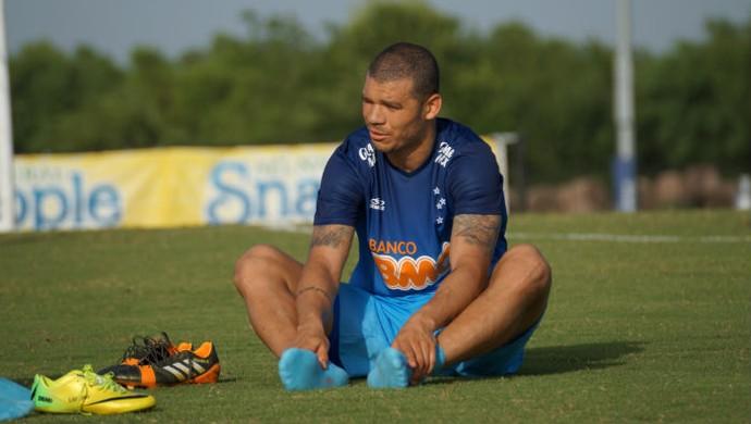 Volante Nilton participa de atividade no complexo de Houston (Foto: Cruzeiro/Divulgação)