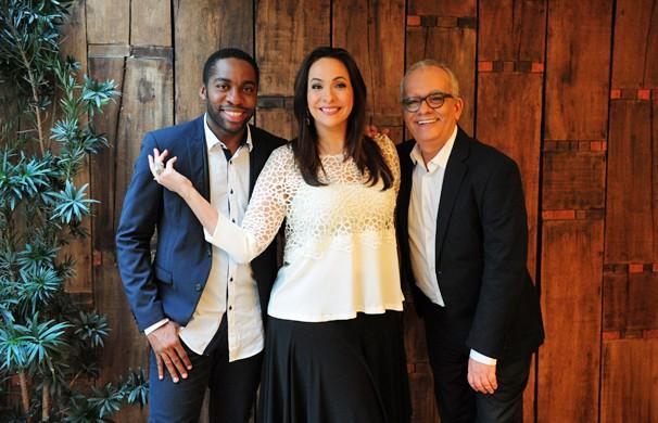 A apresentadora Maria Beltrão entre os comentaristas do Oscar 2015, o ator Lázaro Ramos e o jornalista Artur Xexéo (Foto: João Cotta/Globo)