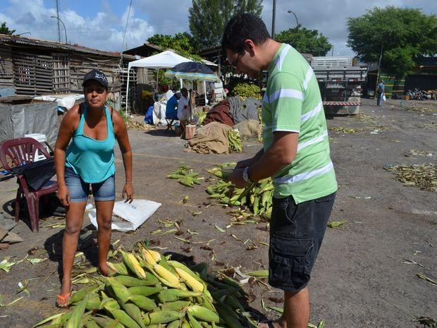 Consumidor reclama do preço alto do milho (Foto: Flávio Antunes/G1 SE)