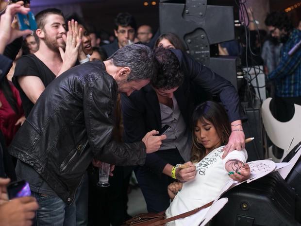 Caio Soh assina blazer de Danielle Suzuki com Ricardo Waddington em festa de pré-estreia de filme em boate no Rio (Foto: Marcos Samerson / Agência We Love Photo!)