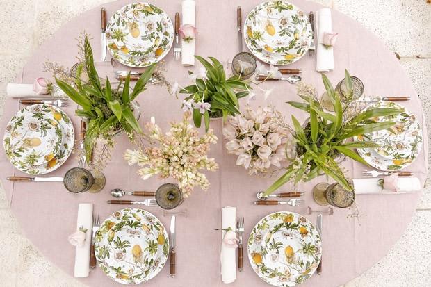 Mesa de almoço invernal com toque tropical, por Vamos Receber (Foto: Julio Acevedo)