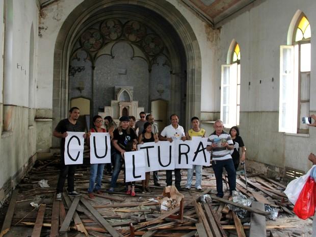 Grupo visitou capela ao lado do prédio da Santa Casa (Foto: Rickardo Marques/G1 AM)