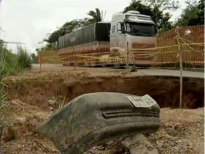 Cratera em rodovia paraense preocupa motoristas que transitam pelo local (Foto: Reprodução / TV Liberal)