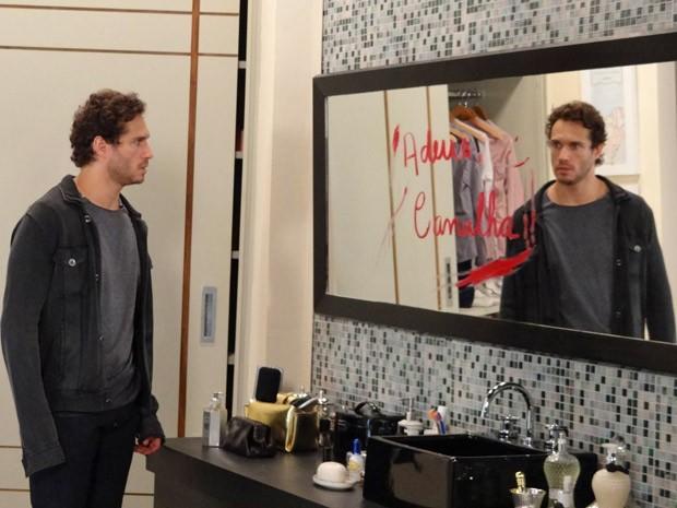 Depois de apanhar, Fábio chega em casa e encontra apenas um recado de Manoela (Foto: Guerra dos Sexos/ TV Globo)