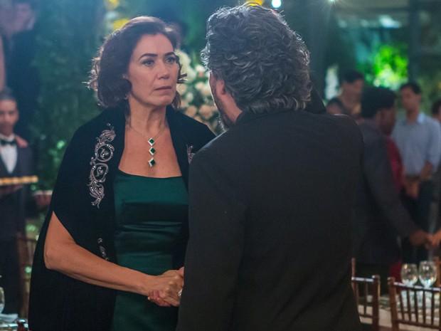 Marta vai atrás do Comendador e discute por causa de Cristina (Foto: Artur Meninea/GShow)