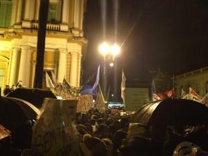 Manifestantes cantam Hino do Brasil durante protesto em Porto Alegre (Foto: Felipe Truda/G1)