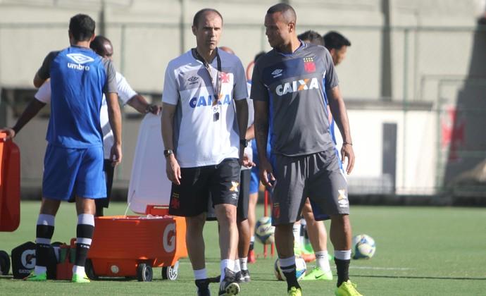 Milton Mendes conversa com Luís Fabiano (Foto: Paulo Fernandes/Vasco.com.br)