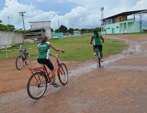 Alunas pedalam cerca de 10 quilômetros para treinar basquete (Foto: Andréia Machado/GLOBOESPORTE.COM)