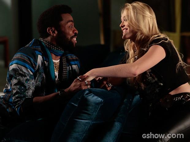 Brian tenta animar a loira, mas ela só quer saber do hacker (Foto: Felipe Monteiro/TV Globo)
