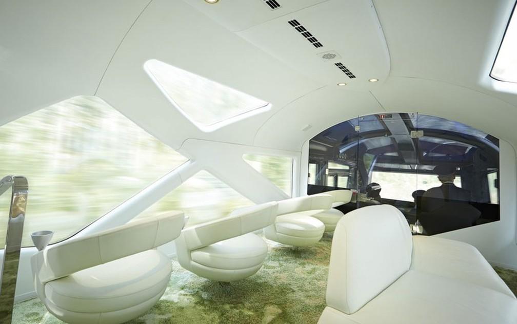 O futurístico vagão panorâmico é o local ideal para apreciar a paisagem em meio a goles de espumante (Foto: JR East)