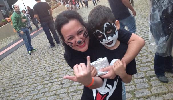 De cara pitada, mãe e filho foram curtir o show do Kiss, em Curitiba (Foto: Divulgação/RPC)