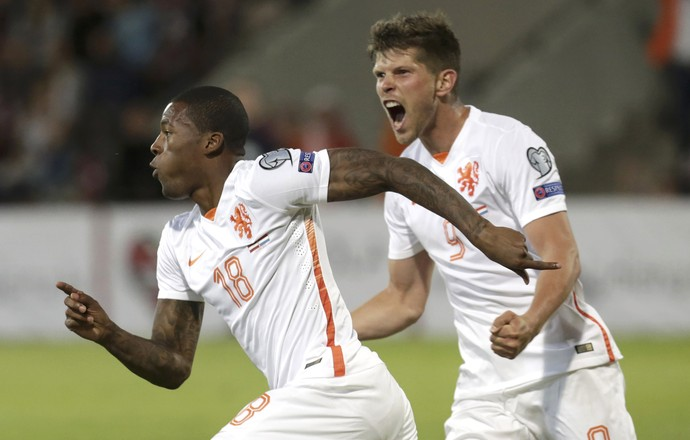 Wijnaldum gol da Holanda sobre a Letônia (Foto: Reuters)