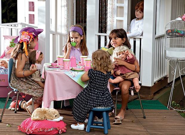 Nesta brincadeira, menino não entra, fica só de espectador. O chá de bonecas é uma tradição que encanta até hoje entre as garotas. Arrume a mesa com acessórios cor-de-rosa e chame as amiguinhas. Produção de Cláudia Pixu (Foto: Evelyn Müller/Casa e Jardim)