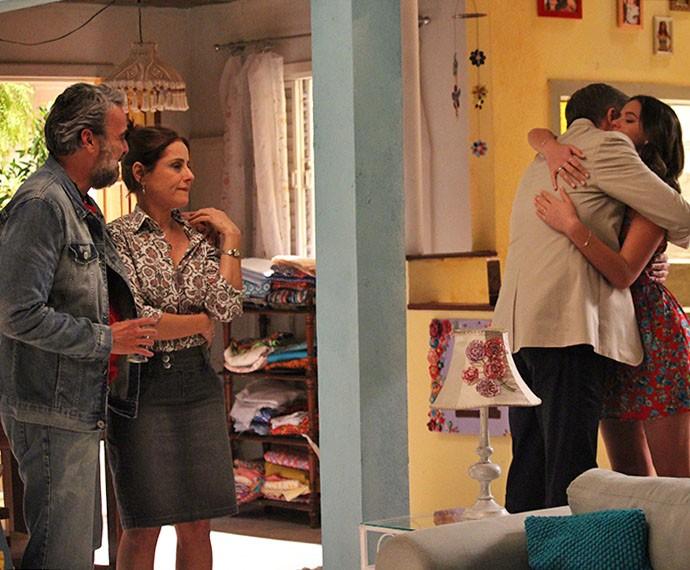 Juju fica enciumado ao ver abraço de Mari e Tomás (Foto: Rodrigo Dau/Gshow)