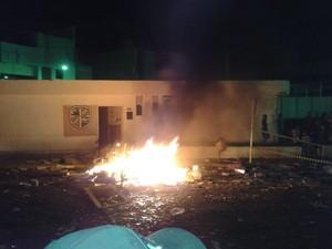 Móveis da prefeitura foram jogados na rua e em seguida queimados (Foto: Divulgação/Internauta)
