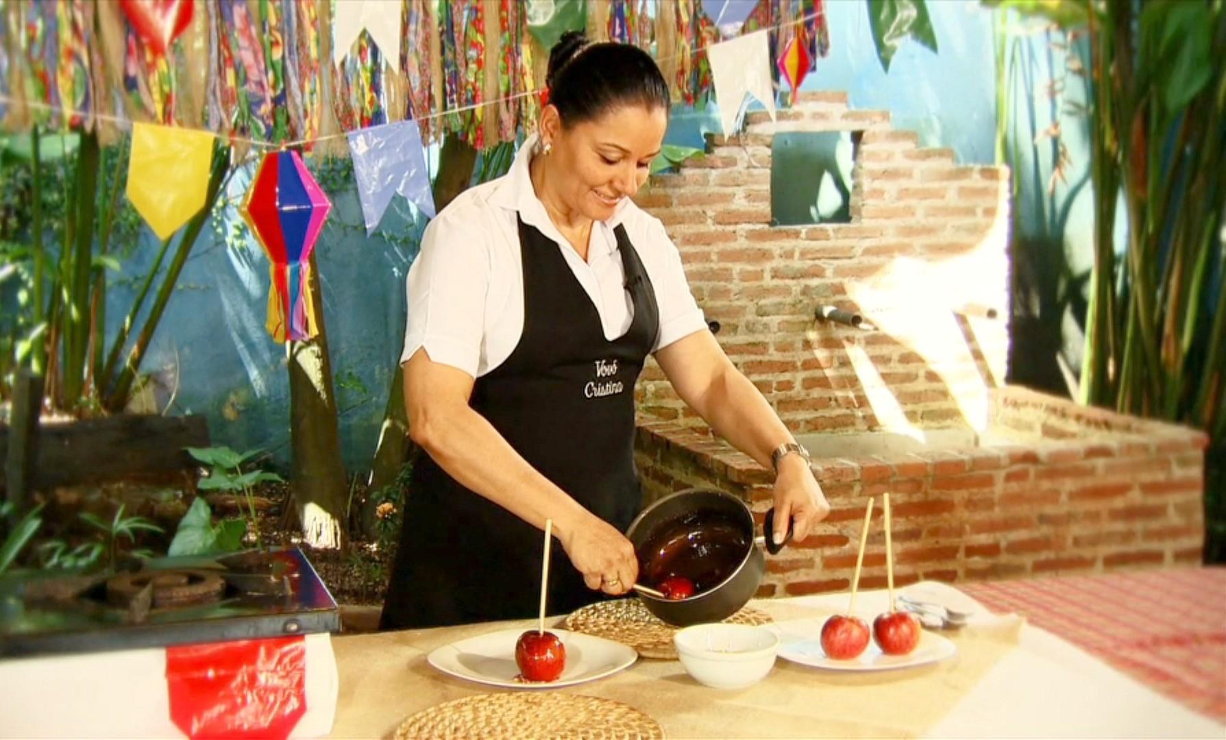 Vovó Cristina ensina como preparar uma deliciosa maçã do amor (Foto: Rede Amazônica/AVG)