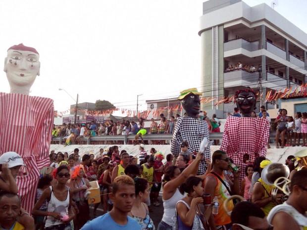 Patusco e Karlla Izabela arrastam multidão no cortejo do Bloco Rasgadinho (Foto: Marina Fontenele/G1)