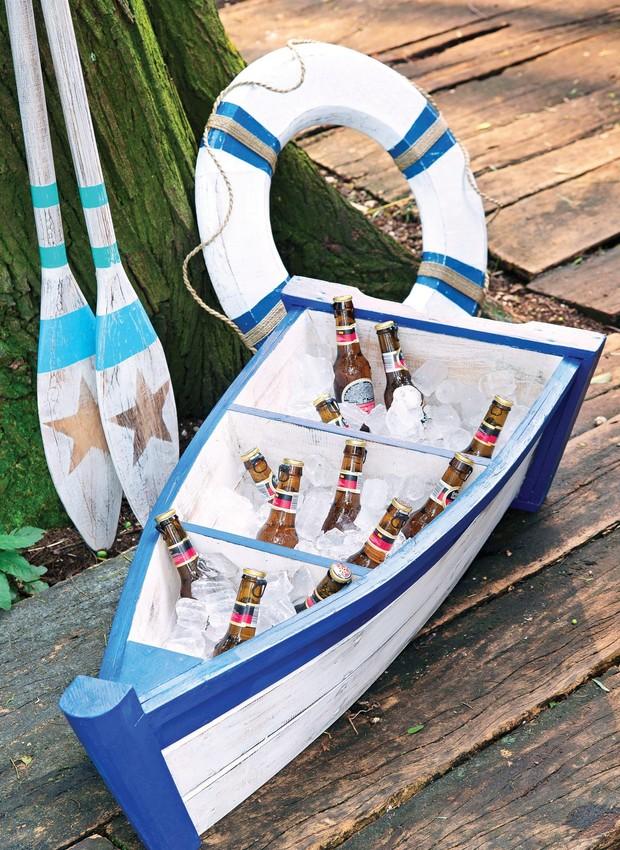 O minibarco serve de cooler. Barco, remos e boia Id Rent Design (Foto: Cacá Bratke / Editora Globo)