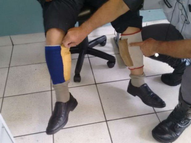 Notas estavam presas à perna do suspeito (Foto: Polícia Rodoviária/Divulgação)