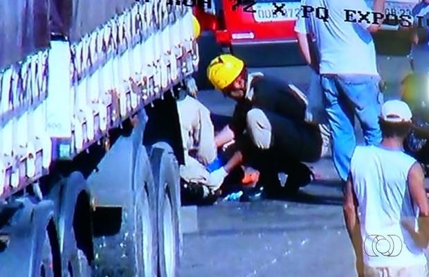Bombeiros socorrem vítima que teve ferimentos leves em Rio Verde, Goiás (Foto: Reprodução/ TV Anhanguera)