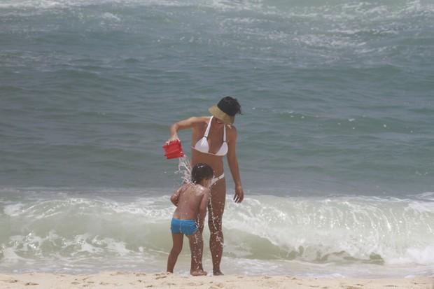 Juliana Knust em praia do Rio (Foto: Dilson Silva/AgNews)