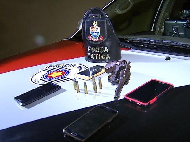 Revólver usado no assalto e outros celulares roubados foram apreendidos pela PM (Foto: Sérgio Oliveira/EPTV)