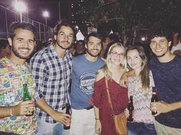 Túlio Gadêlha, de camisa xadrez,  com amigos (Foto: Reprodução)