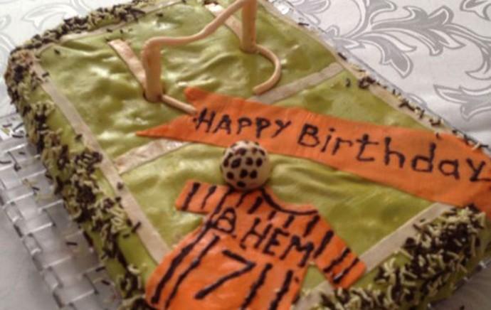 ba165a968a2eb Wellington Nem faz aniversário e ganha bolo temático da noiva ...