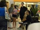 Carolina Kasting desfila barrigão de grávida em shopping no Rio