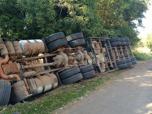 Caminhão carregado com óleo diesel tombou na BR-153, às margens do Rio Paranapanema (Foto: Divulgação/Polícia Militar Ambiental)