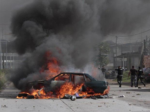 Carro foi incendiado durante protesto no Jiquiá (Foto: Bobby Fabisak/JC Imagem)