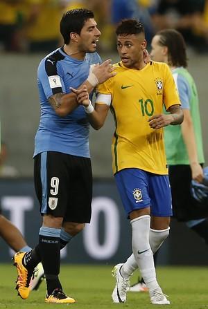 Luis Suárez contém Neymar Brasil x Uruguai (Foto: AP Photo/Leo Correa)
