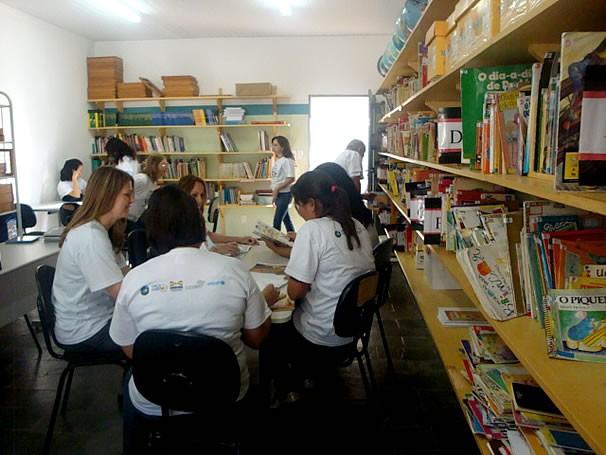 Pais e mães participantes do Projeto Pare para Ler, selecionando as leituras que fariam com os alunos, no projeto da escola (Foto: Divulgação)
