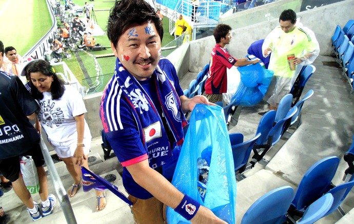 torcida japao lixo4 chandyteixeira 95 Brilliant! Japan fans pictured cleaning stadium again after Greece draw