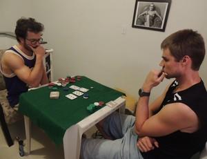 Gustavinho e Thómas disputam o pote de fichas (Foto: Thiago Fidelix)