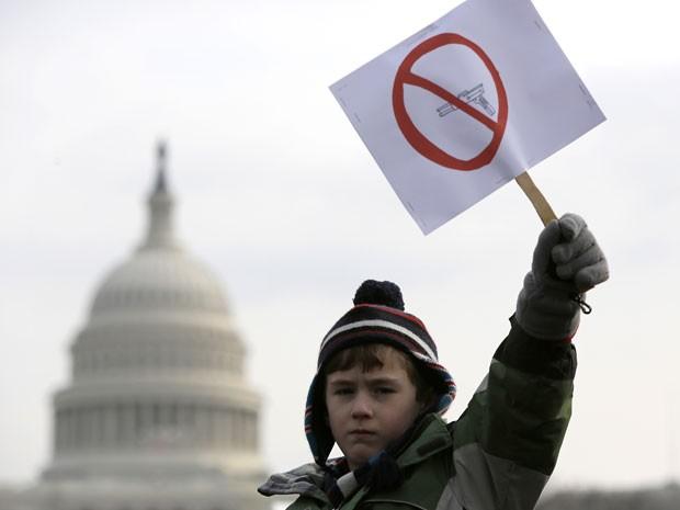 Peyton Tremont, de 7 anos, segura cartaz a favor da proibição das armas em Washington (Foto: Reuters)