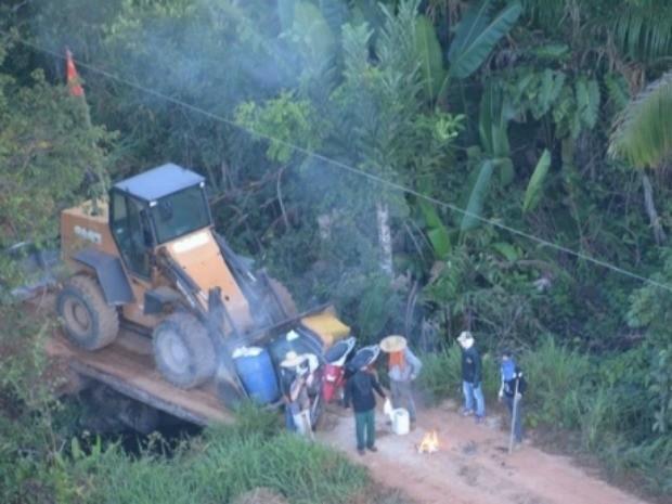 Ponte que dá acesso a fazenda foi interditada com trator (Foto: PM/ Divulgação)