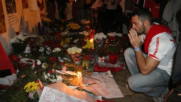 Torcedores cartaz Beira-Rio fernandão homenagem (Foto: Tomás Hammes/GloboEsporte.com)