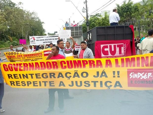 Grupo interditou a avenida Brasil, em frente à sede do Governo do Estado, para cobrar pelo cumrpimento de liminar (Foto: Divulgação)