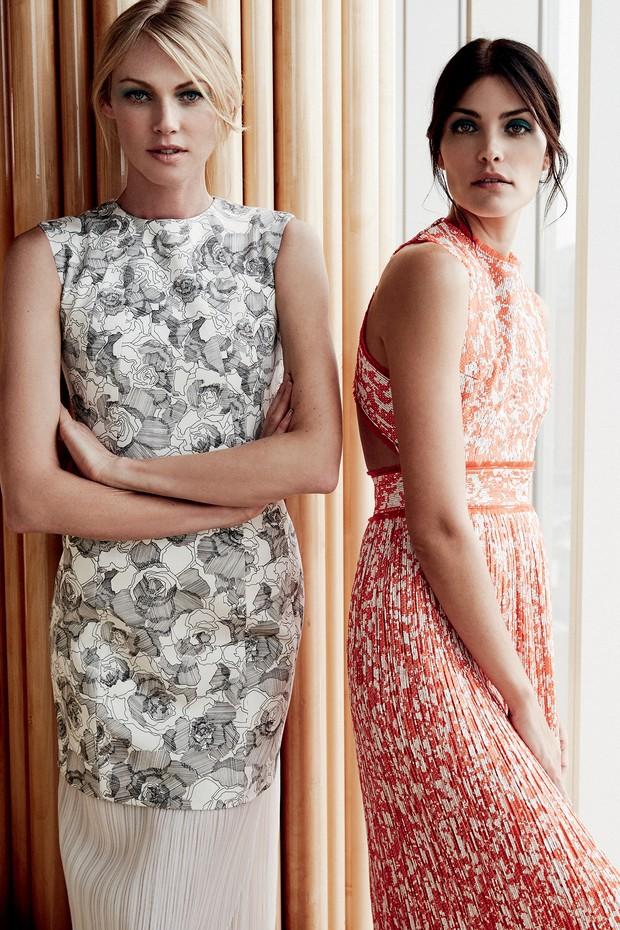 Pensando em oferecerum guarda-roupa completo que transcende o ambiente profissional,Wu dedicou parte da coleção a vestidos-tubo plissados estampados com delicados florais (Foto: Nyra Lang)