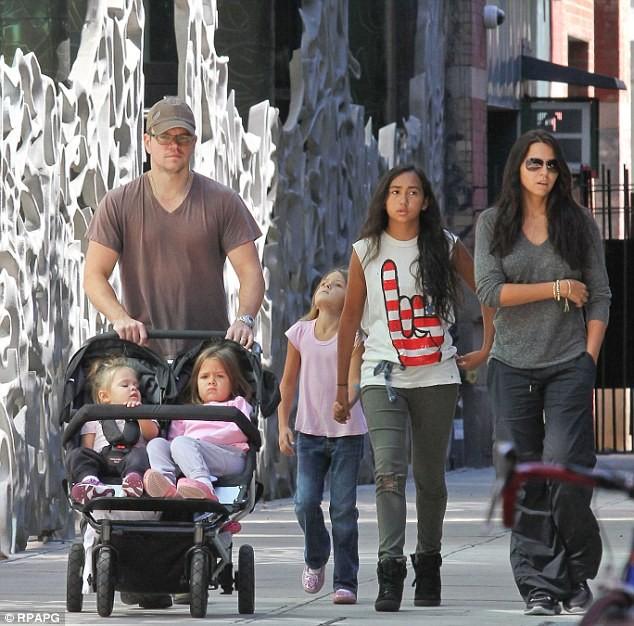 Matt Damon passeando com sua filhas (Foto: Divulgação)