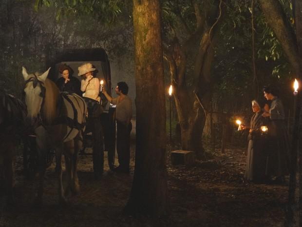 Constância procura a tecedeira no meio da noite (Foto: Lado a Lado/TV Globo)