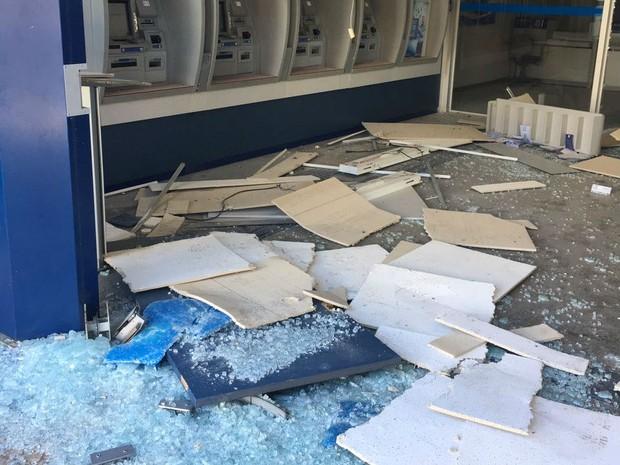 Quadrilha fortemente armada explode caixas em agência bancária de Jarinu (Foto: Sandro Zeppi/TV TEM)
