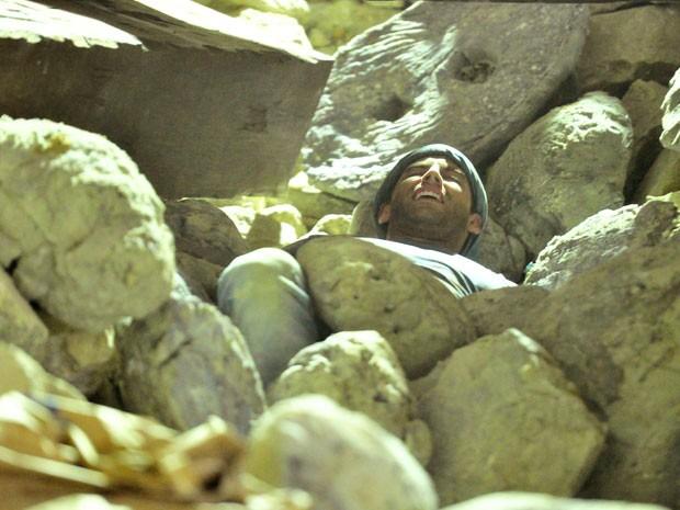 Mina desaba e Cassiano é atingido pelas pedras (Foto: TV Globo / Divulgação)
