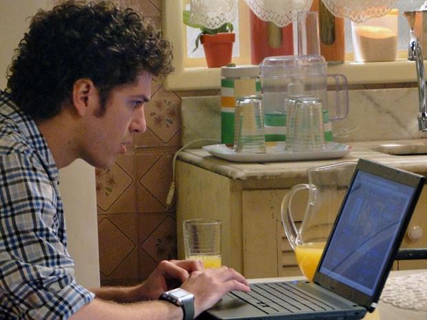 Gabriel vê fotos de Alexia com outro cara em rede social (Foto: Malhação / Tv Globo)
