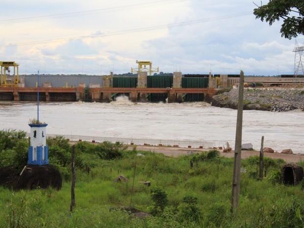 Ao passar pelos vertedouros de usinas, água aumenta força dos banzeiros (Foto: Ana Luiza Moreira/G1)