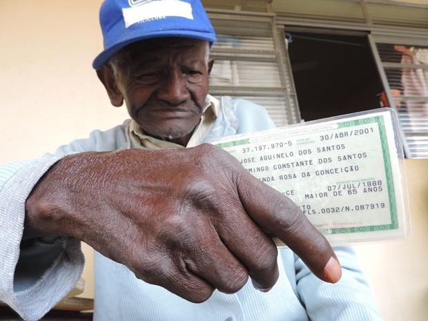 José Aguinelo segura o documento de identidade no asilo em Bauru (Foto: Alan Schneider/G1)