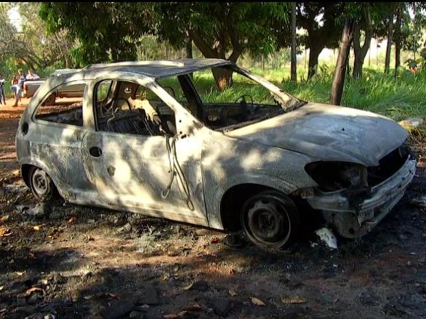 Um dos carros queimados após festa em Campo Grande (Foto: Reprodução / TV Morena)