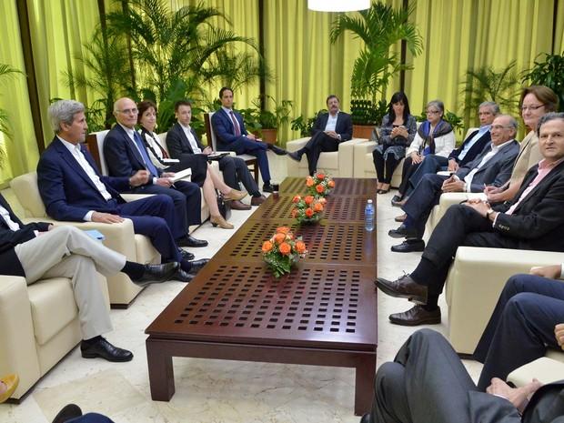 O secretário de Estado dos EUA John Kerry (segundo à esquerda) se reuniu com a equipe de negociação do governo colombiano nesta segunda-feira (21) em Havana (Foto: Colombia's Peace Commissioner via AP)