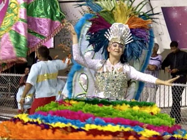 Porta-bandeira da Imperatriz do Forte desfila diversidade no Carnaval de Vitória (Foto: Reprodução/TV Gazeta)
